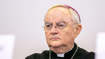 Arcybiskup Henryk Hoser ponownie w szpitalu. Przyczyną powikłania po COVID-19
