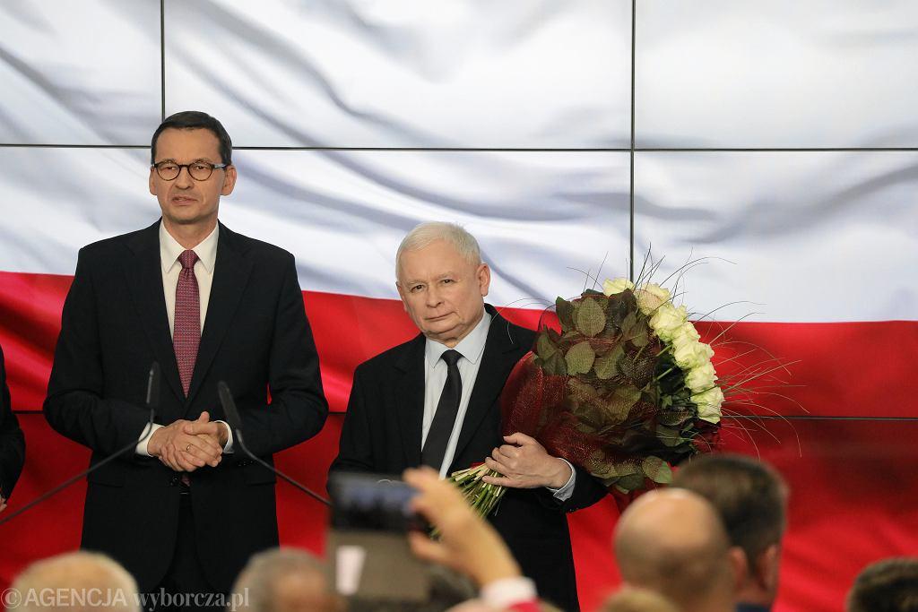 Prezes Jarosław Kaczyński i premier Mateusz Morawiecki podczas wieczoru wyborczego w siedzibie partii PiS, 2019 r.