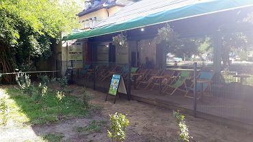 Zdemontowana część ogrodzenia, które miało zablokować nielegalne wejście do Cafe Pod Orłami