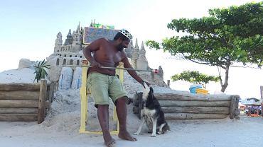 Marcio Mizael Matolias ze swoim psem przed zamkiem