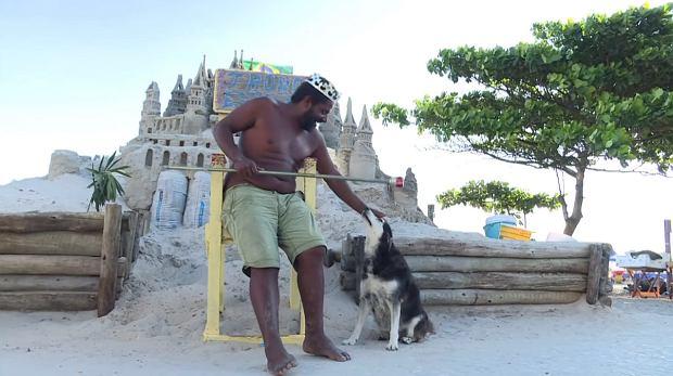 """""""Ludzie płacą krocie za widok na morze"""". Ale nie on - od 22 lat za darmo mieszka na plaży. W zamku z piasku [ZDJĘCIA]"""