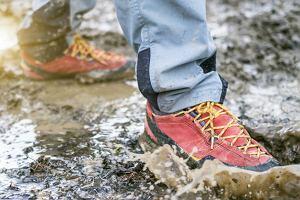 Wodoodporne kurtki i buty znanych marek outdoorowych. Teraz taniej!