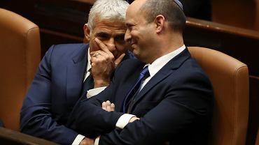 Yair Lapid (z lewej) i nowy premier Izraela Naftali Bennett chwilę po przegłosowaniu w Knessecie upadku rządu Netanjahu
