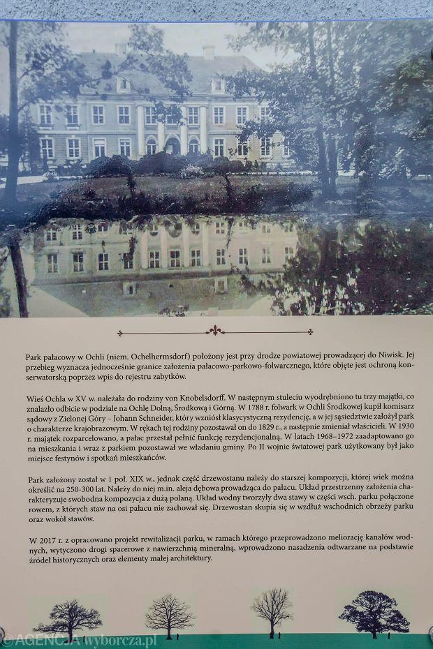 Wyremontowany park w Ochli. Tablica z opisem historii