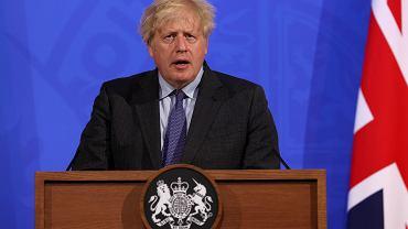 Koronawirus w Wielkiej Brytanii. Rząd opóźnia otwieranie kraju. Protesty przed parlamentem. Na zdjęciu premier Boris Johnson