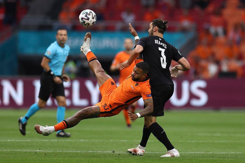 Euro 2020. Mecz Holandia - Austria. Na zdjęciu Memphis Depay i Aleksandar Dragović