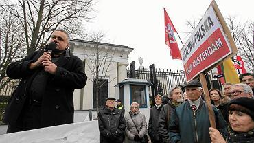 Tomasz Sakiewicz na pikiecie Klubów Gazety Polskiej pod rosyjską ambasadą