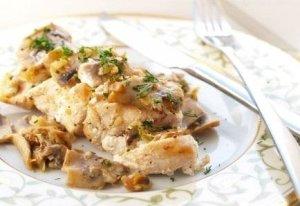 Filet z kurczaka nadziewany kremowym serkiem pod pierzynką z pieczarek