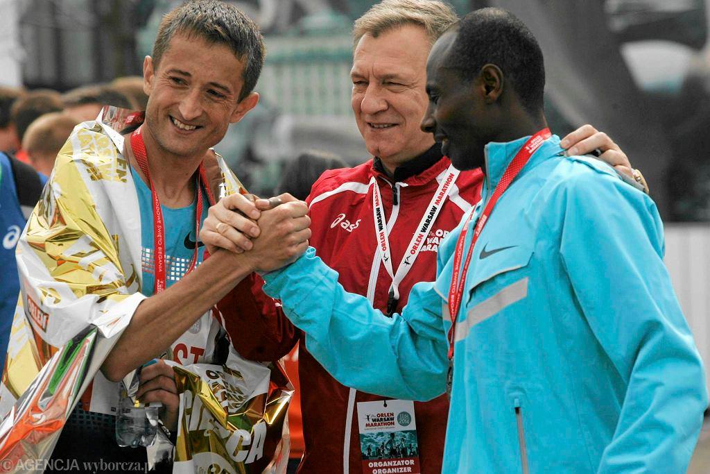 Czesław Zapała z Henrykiem Szostem i Tadesse Tolą, zwycięzcą ubiegłorocznego Orlen Warsaw Marathon.