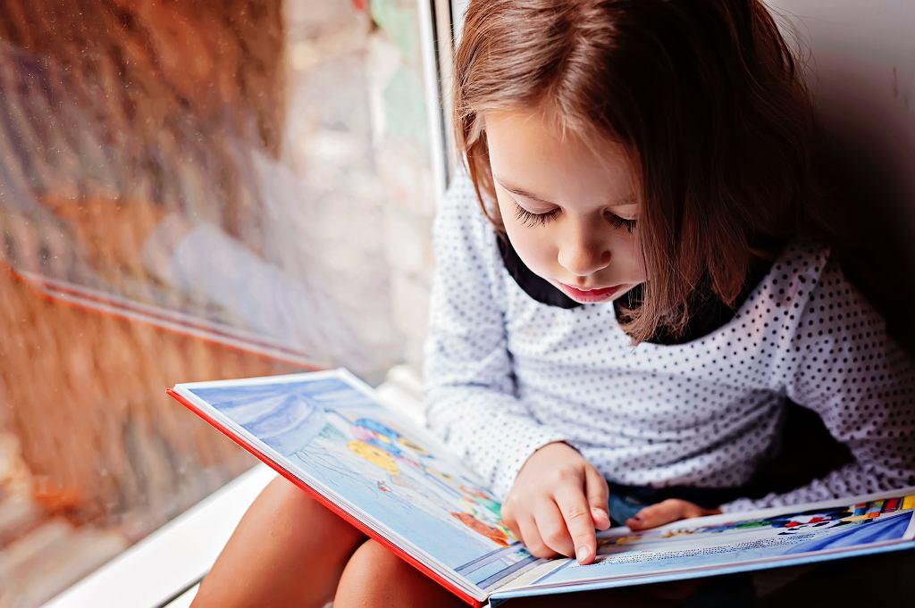 Książka o Kubusiu Puchatku towarzyszy młodym czytelnikom od lat. Zdjęcie ilustracyjne