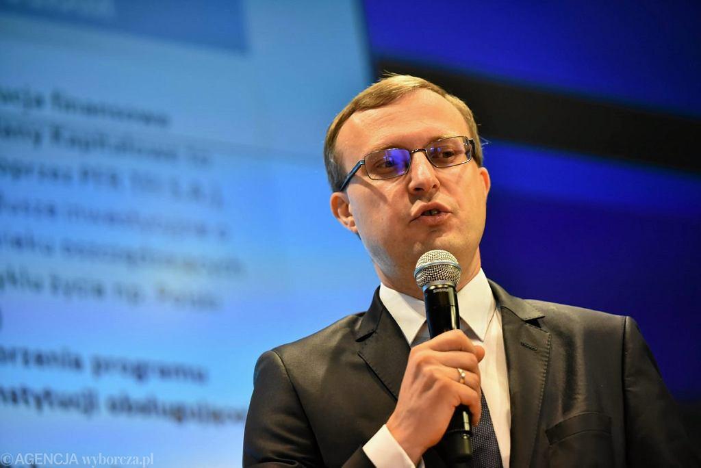 Paweł Borys, prezes PFR podczas konferencji prasowej n.t. przyszlosci emerytur i OFE. Warszawa, siedziba GPW, 4 lipca 2016
