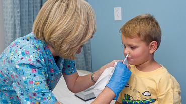 Szczepionkę donosową, podobnie jak każdą inną, powinien podać wykwalifikowany personel medyczny,