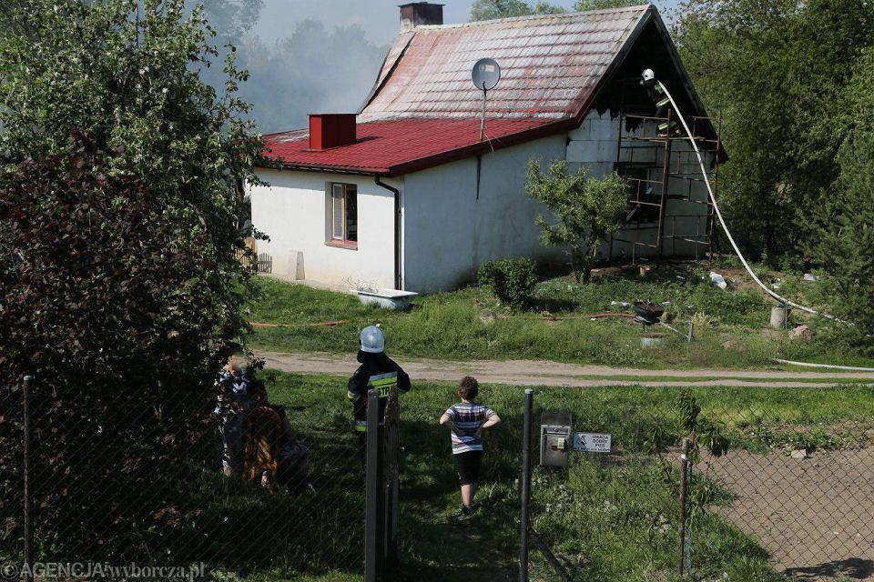 Zdjęcie numer 7 w galerii - Pożar domu w Białobrzegach. Gasiło go sześć zastępów straży [FOTO]