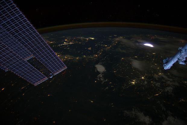 Zdjęcie wykonane w 2012 roku z pokładu Międzynarodowej Stacji Kosmicznej. Nad widoczną na zdjęciu, rozświetlającą chmury błyskawicą, widać charakterystycznego czerwonego 'duszka'