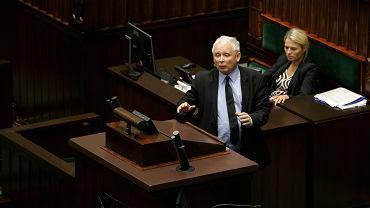 18 lipca 2017 roku. Jarosław Kaczyński wchodzi na mównicę 'bez żadnego trybu'. Za chwilę powie do posłów: 'Nie wycierajcie mord zdradzieckich nazwiskiem mojego brata . Niszczyliście go, zamordowaliście, jesteście kanaliami!'