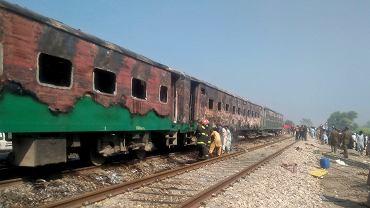 Pożar pociągu w Pakistanie. Nie żyje ponad 60 pasażerów.