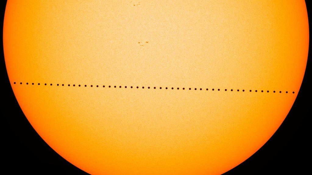 Kompozycja wielu zdjęć Merkurego w czasie tranzytu