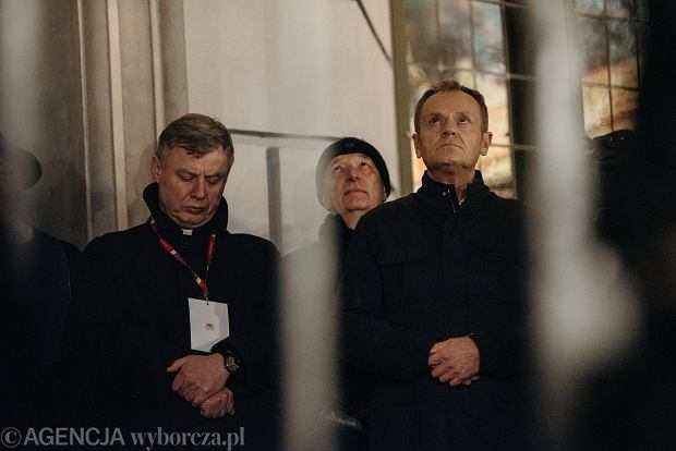 Donald Tusk pod pomnikiem Neptuna podczas marszu pamięci