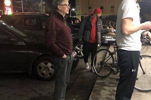 Bill Gates przyłapany w kolejce po burgera. Tak powinni zachowywać się bogaci ludzie
