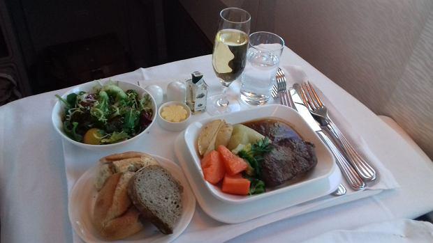 Obiad serwowany pasażerom klasy biznes w Emirates