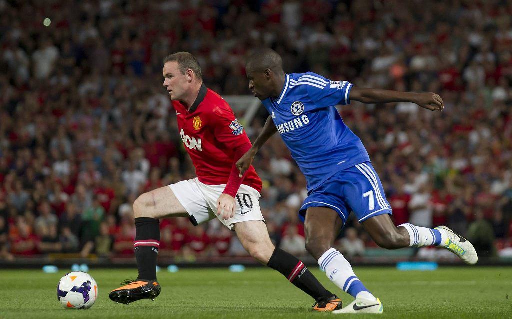 Wayne Rooney walczy o piłkę z Ramiresem