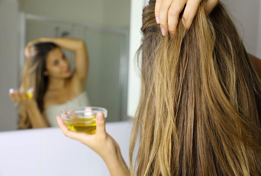Olejowanie włosów można wykonywać na sucho lub na mokro. Zdjęcie ilustracyjne