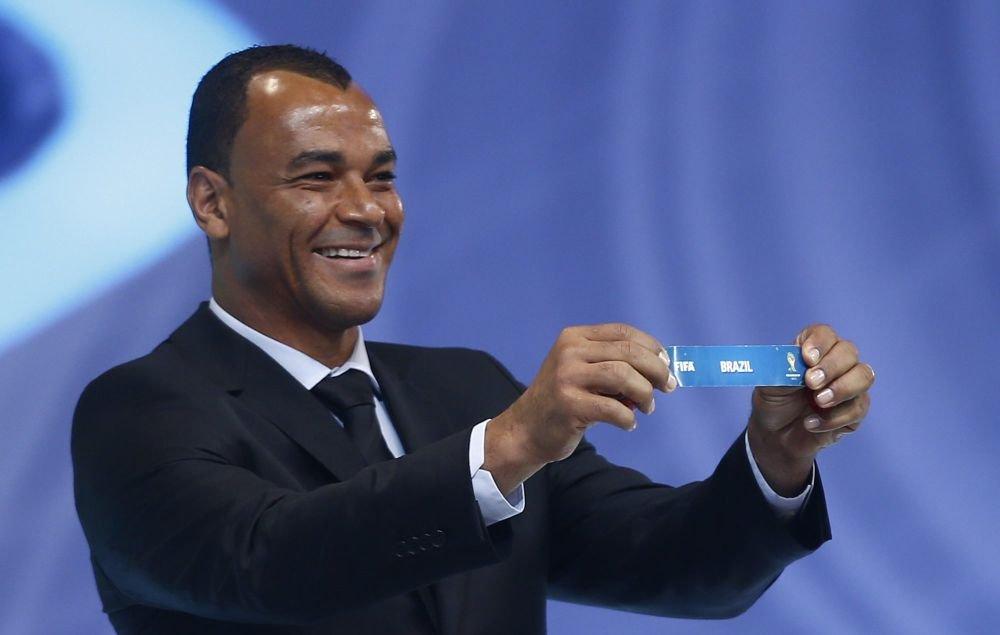 Brazylijski piłkarz Cafu pokazuje kartkę z napisem Brazylia