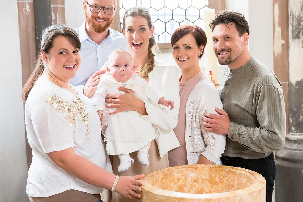 Matka chrzestna musi mieć ukończone 16 lat oraz mieć przyjęte sakramenty bierzmowania oraz chrztu