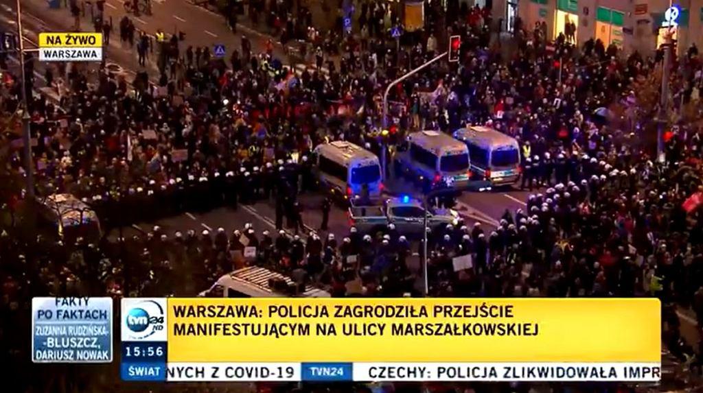 Protest w Warszawie. Manifestanci okrążyli policję i wymknęli się blokadzie