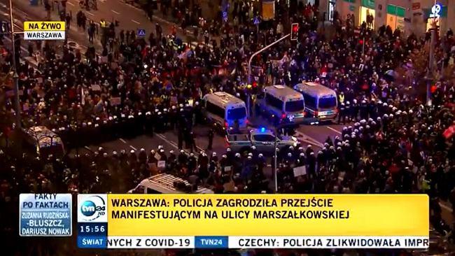 W Warszawie manifestanci okrążyli policję i wymknęli się blokadzie