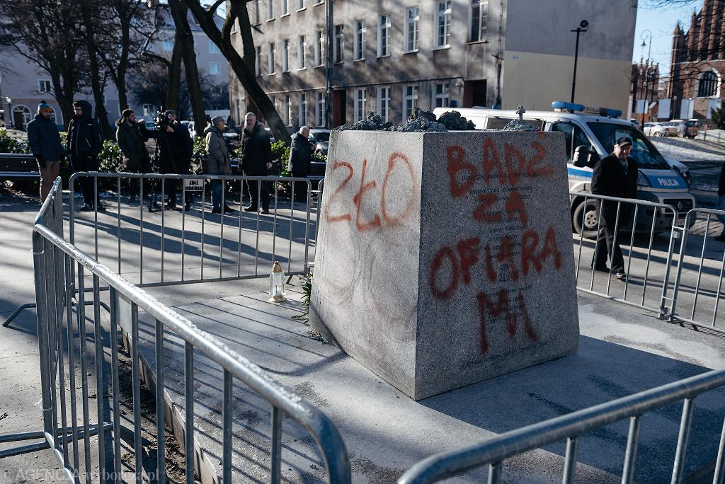 'Zło', 'pedofil', 'Bądź za ofiarami' - osprejowany cokół po obalonym pomniku oskarżanego o pedofilię ks. Jankowskiego. Gdańsk, 22 lutego 2019