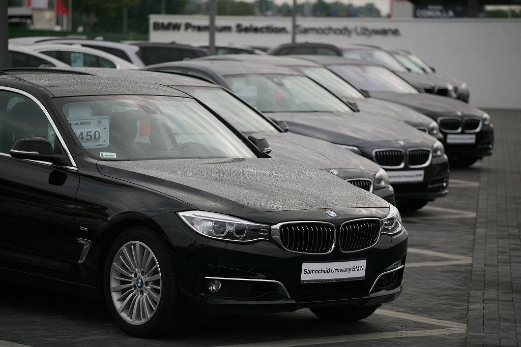 Przy zakupie używanych samochodów z salonów dostajemy gwarancję albo rękojmię