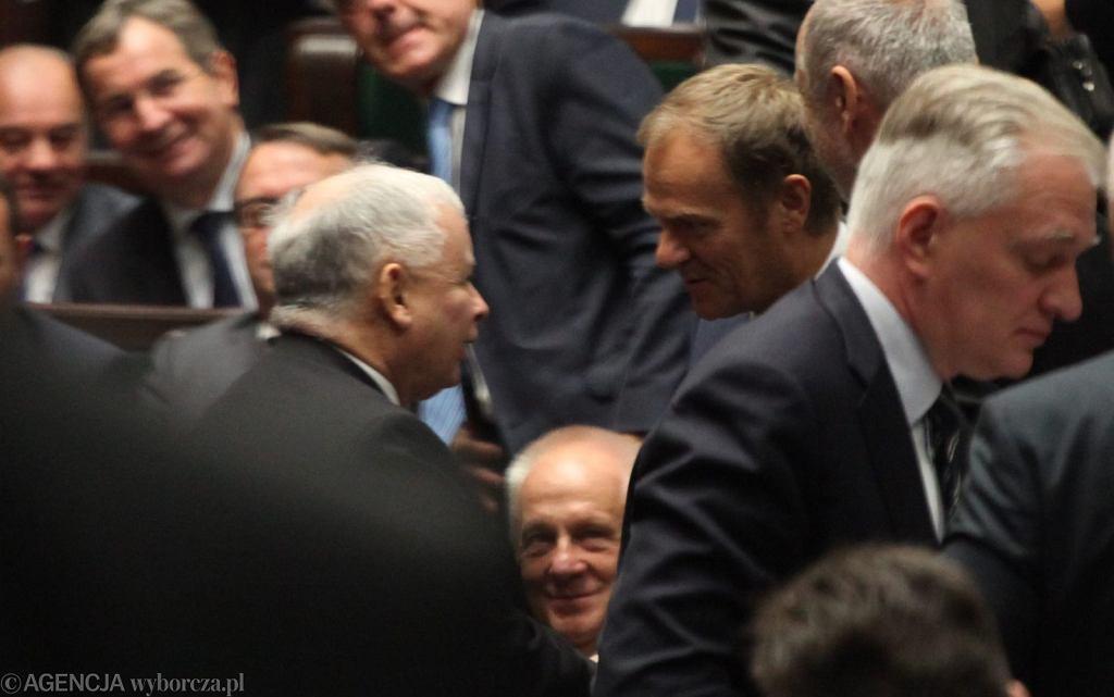 Jarosław Kaczyński i Donald Tusk w historycznym uścisku rąk. Zgoda długo nie przetrwała (fot. Sławomir Kamiński/AG)