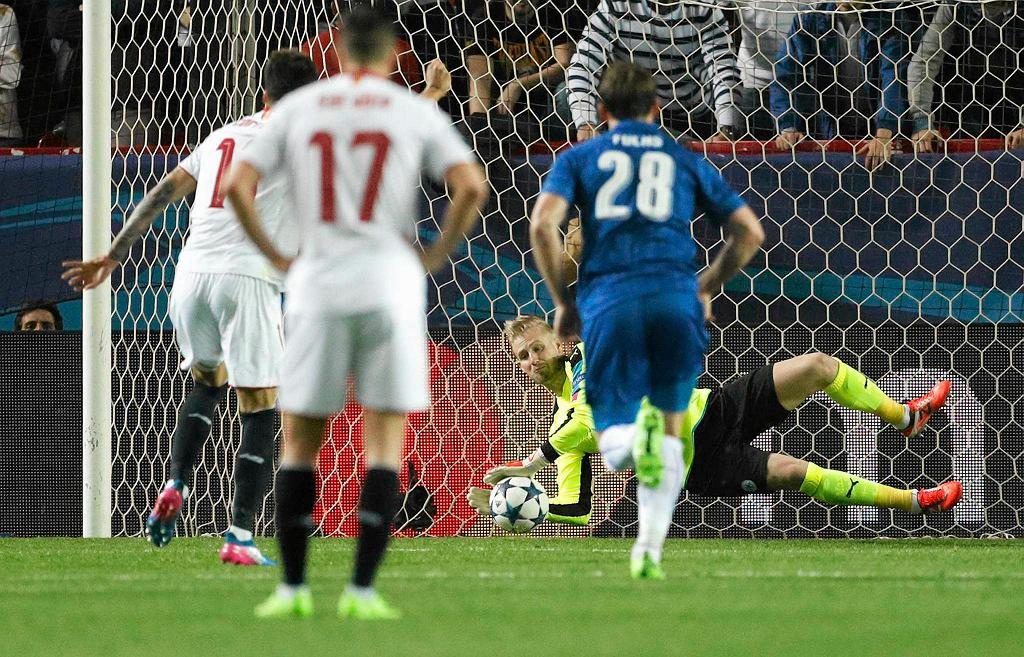 Kasper Schmeichel broni karnego w meczu z Sevillą