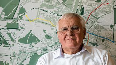 Kielce, 18 marca 2019. Stanisław Nowak na tle planowanych tras tramwajowych w Kielcach