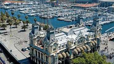 Do Barcelony turystów przyciąga jej niesamowity klimat, ankietowani najwyżej ocenili właśnie tutejszą atmosferę, w której doskonale poczują się zarówno backpackerzy, jak i rodziny z dziećmi. Ponadto Barcelona ma do zaoferowania dobre restauracje, muzea, świetne plaże i unikatowe w skali świata zabytki Gaudiego, który ukształtował charakter tego miasta.