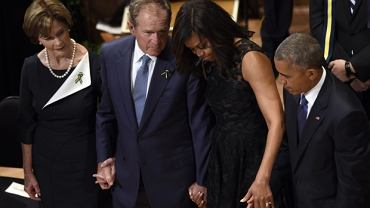 Prezydentowie Barack Obama i George W. Bush z żonami podczas uroczystości w Dallas
