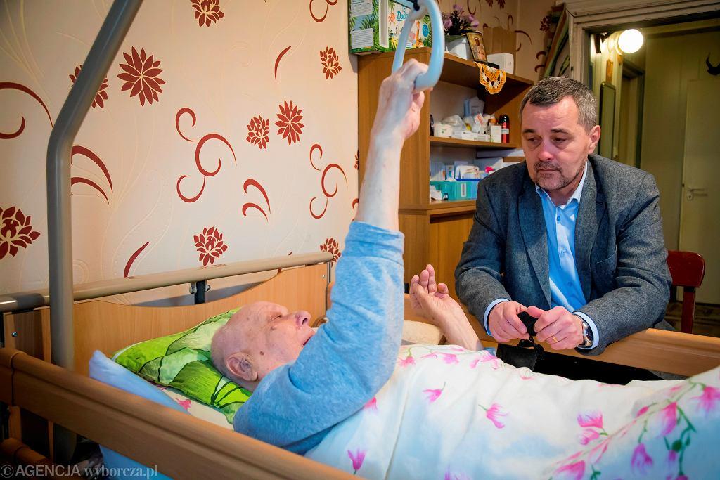 Dr Paweł Grabowski z Fundacji Hospicjum Proroka Eliasza podczas wizyty w domu podopiecznego
