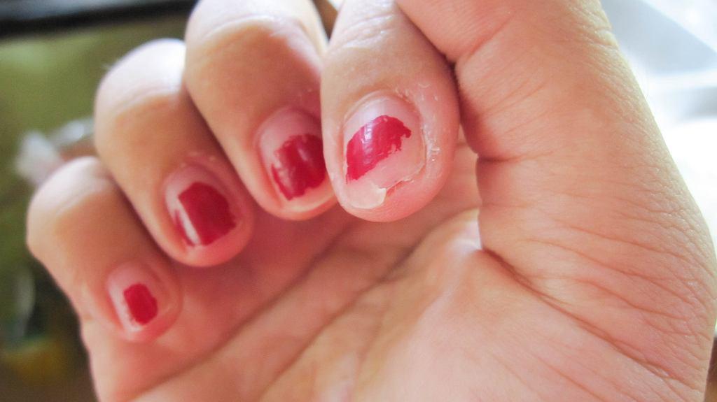 5 powszechnych błędów w manicure, przez które jest nietrwały. Sprawdź, czy ich nie popełniasz
