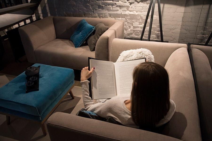 Fotel do czytania warto ustawić w salonie, pokoju dziennym lub gabinecie