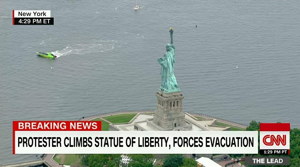 Kobieta wspięła się na Statuę Wolności