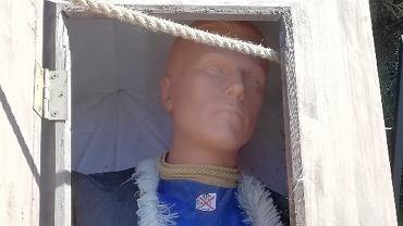 Atrapa trumny znaleziona na przystanku w Warszawie