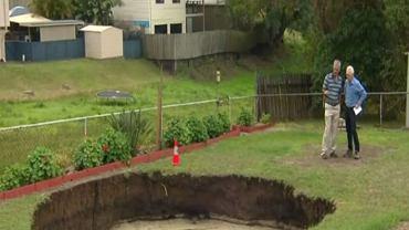 Dziura w ogrodzie państwa McKay ma już 10  metrów szerokości, fot. Facebook/Sky News