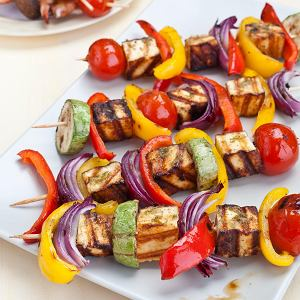 Szaszłyki z sera halloumi i warzyw