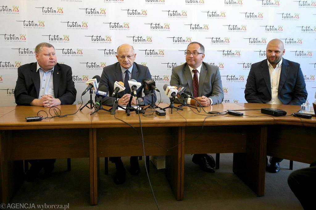 Konferencja prasowa w lubelskim ratuszu. Od lewej: Prezes LZKosz Marek Lembrych, prezydent Krzysztof Żuk, prezes PZKosz Grzegorz Bachański i prezes Startu Arkadiusz Pelczar