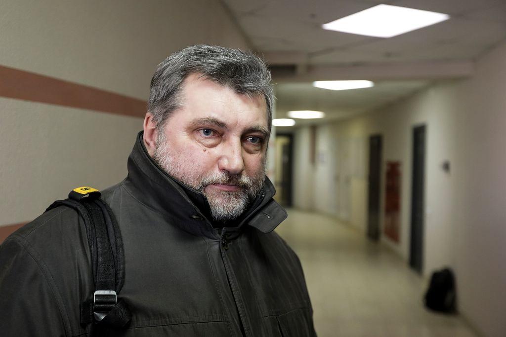 Andrej Bastunets, szef Białoruskiego Zrzeszenia Dziennikarzy, przemawia do mediów po skonfiskowaniu przez policję dokumentów i komputerów z biura tej organizacji w Mińsku