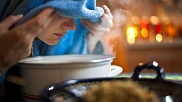 Obrona przed koronawirusem. Dobrym domowym sposobem na nawilżanie błon śluzowych są inhalacje. Do ich wykonania potrzebny jest ręcznik, miska z ciepłą, przegotowaną wodą z kilka kropli olejku eterycznego