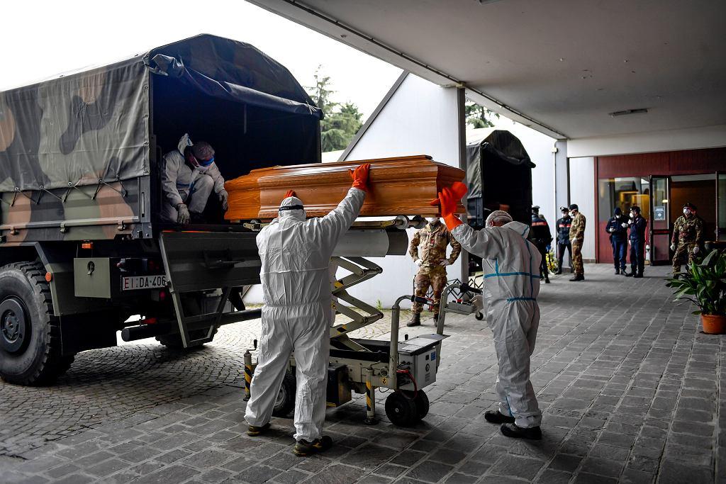 27.03.2020 Włochy, Cinisello Balsamo. Żołnierze podczas wyładunku trumien ze zwłokami osób zmarłych z powodu zakażenia koronawirusem.