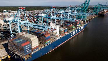 Rozładowywanie kontenerowca w Norfolk