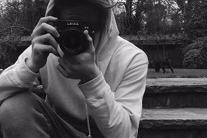 """Syn znanych rodziców został """"profesjonalnym"""" fotografem światowej marki Burberry. Zawodowcy są oburzeni"""
